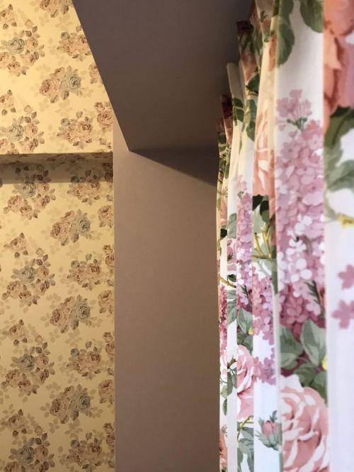 花柄のカーテン&壁紙コーディネート
